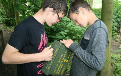 jongens proberen code te kraken van schatkist