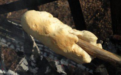 stokbrood bakken boven het kampvuur
