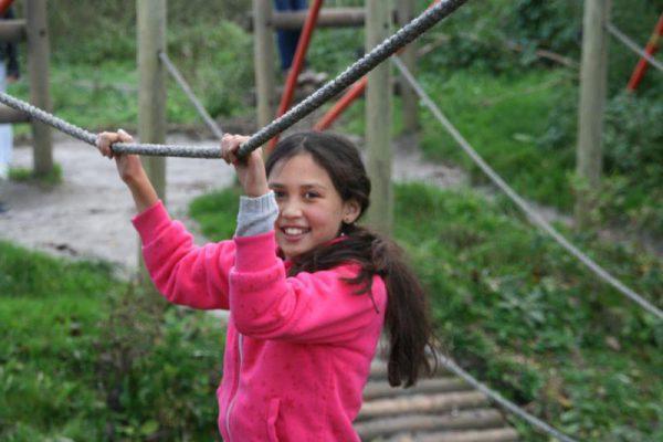 meisje op touwbrug bij Outdoorpark Almere