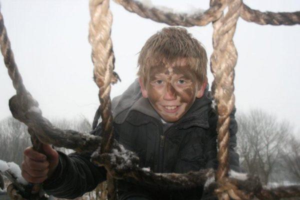 jongen viert verjaardag in winter