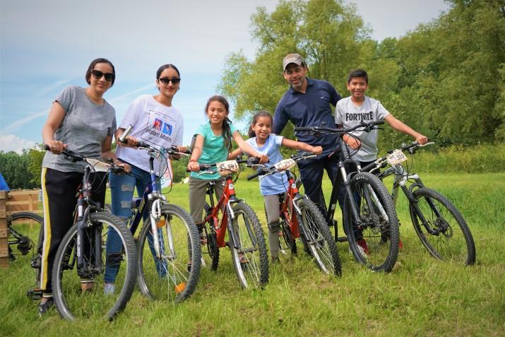 familie op mountainbike