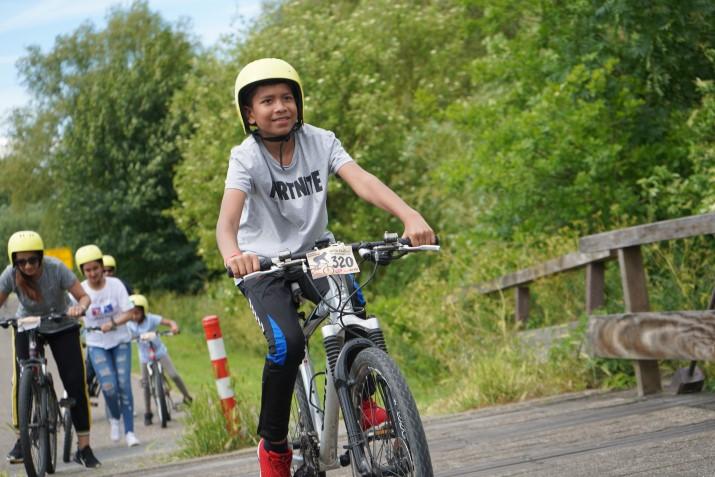 jongen op mountainbike in de natuur