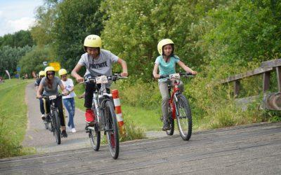 jongen en meisje op mountainbike