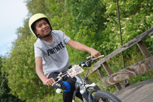 jongen op mountainbike met helm