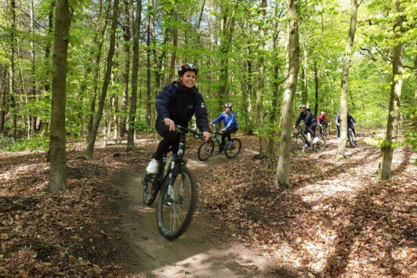 man op mountainbike in het bos