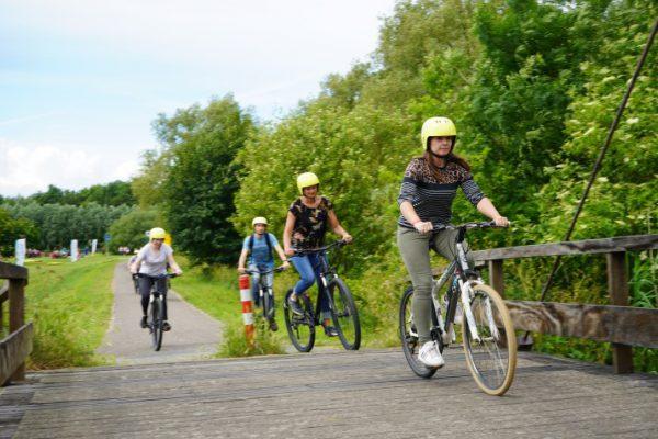 groep op mountainbikes in de natuur