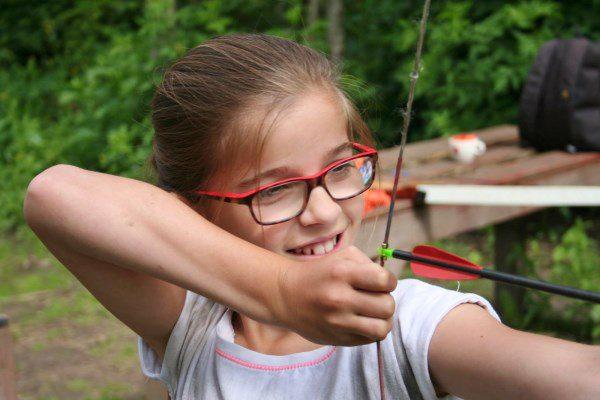 Meisje die boogschiet tijdens workshop boogschieten in Almere