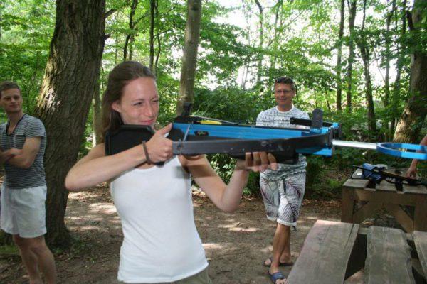 Vrouw schiet met kruisboog, workshop Almere