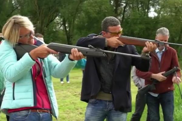 Man en vrouw schieten met luchtbuks in uitje Flevoland