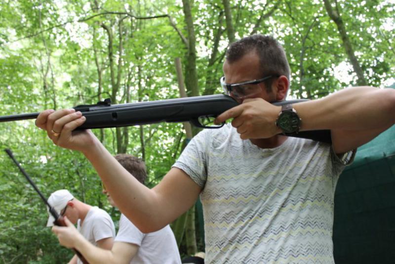 Man met luchtbuks tijdens workshop schieten groepsuitje
