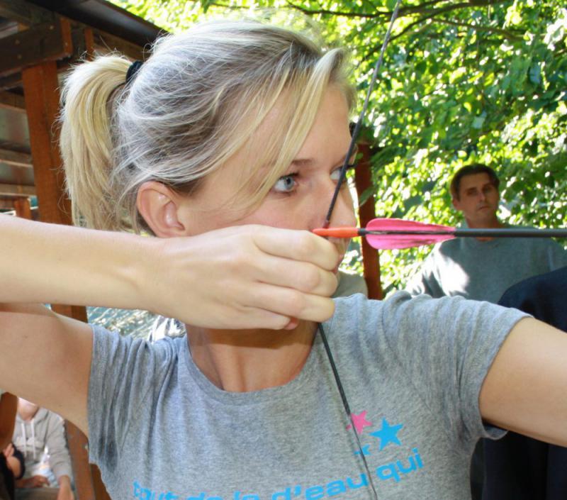 vrouw schiet met boog uitje Almere