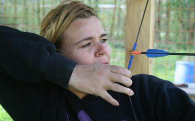vrouw op boogschietbaan in Almere