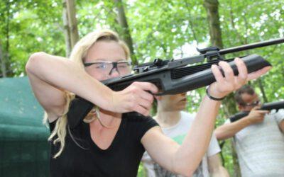 vrouw schiet met luchtbuks