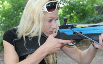 vrouw schiet met kruisboog