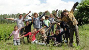 groep kinderen juichend tijdens schoolreisje in Flevoland