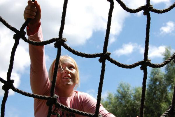 Leerling klimt tijdens actief schoolreisje in Almere