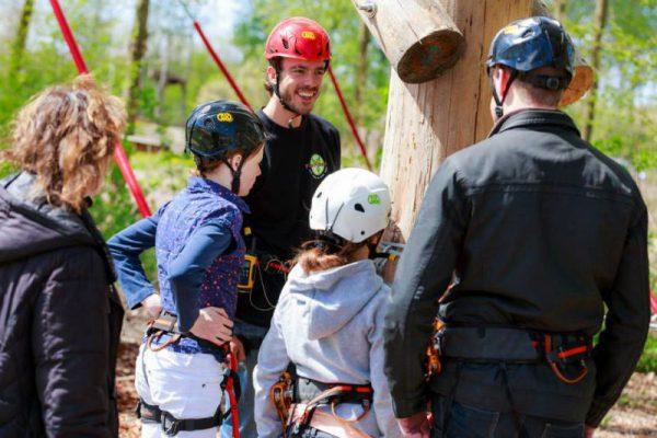 leerlingen krijgen uitleg over klimmen tijdens schoolreisje in Flevoland
