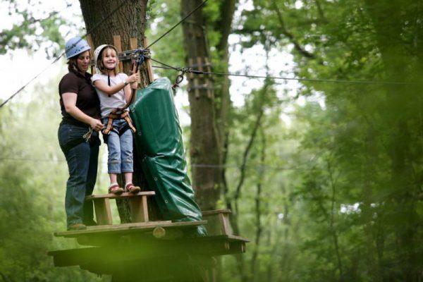 Kinderen klimmen in klimpark tijdens schoolreisje in Almere