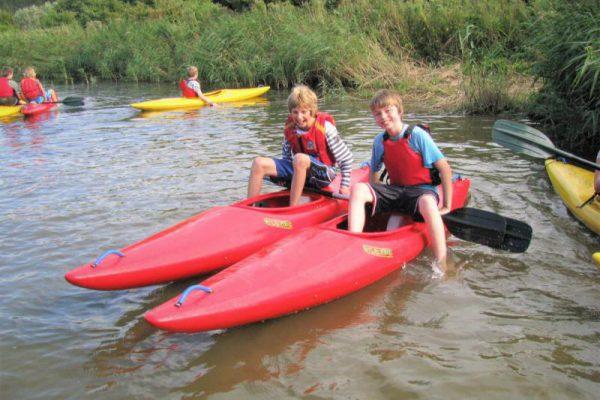 Kinderen in kano tijdens watersport kano schoolreisje in Flevoland
