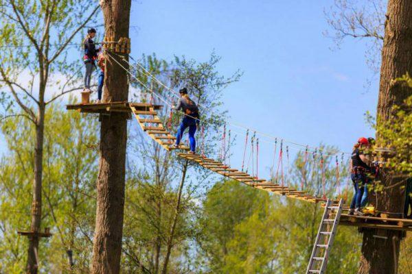 Leerlingen klimmen en tokkelen tijdens schoolreisje in Almere