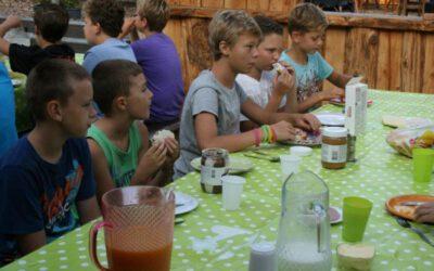 kinderen eten op het terras