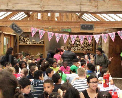 Kinderen eten en drinken tijdens pauze in schoolreisje