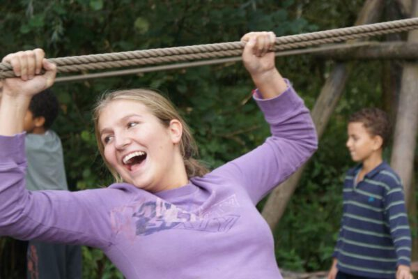 Leerling op junglebrug tijdens sportdag in Almere
