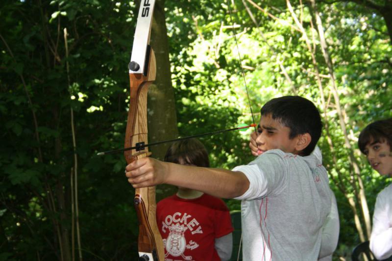 leerling schiet met pijl en boog