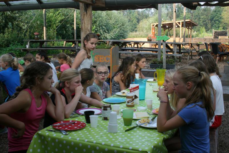 kinderen eten buiten op het terras