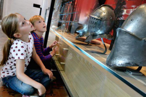 leerlingen bekijken wapens in Muiderslot bij Schoolreisje