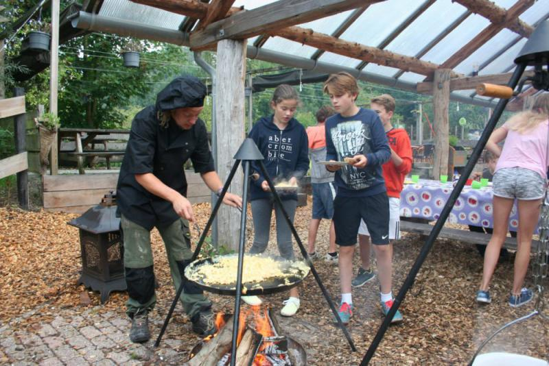 kok kookt boven kampvuur