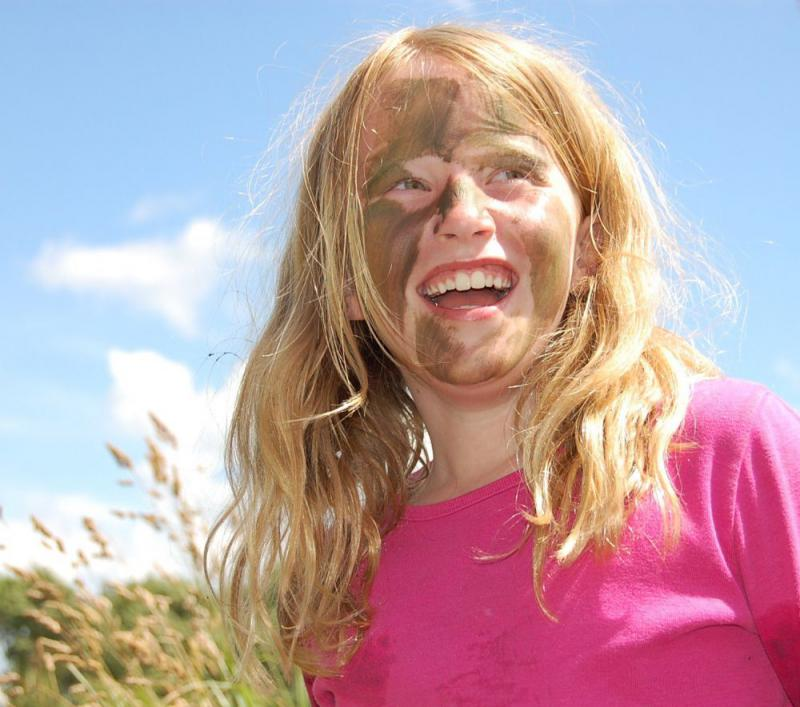 lachend meisje tegen blauwe lucht