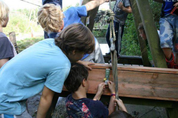 kinderen werken samen bij Expeditie Robinson