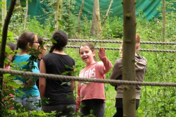 kinderen in de natuur tijdens schoolreisje in Flevoland