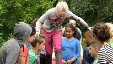 Kinderen op lopende brug in schoolreisje Almere