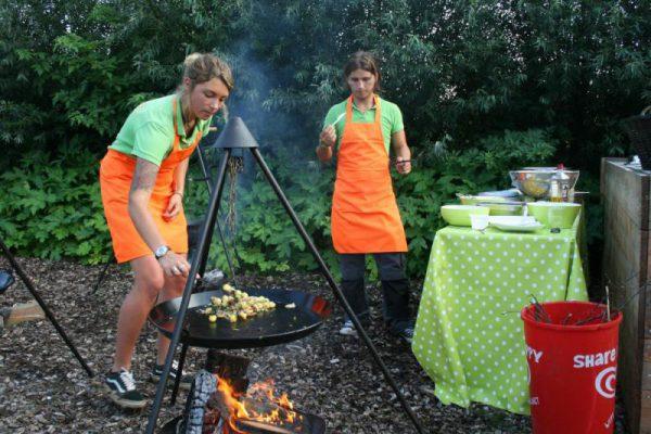 eten koken boven kampvuur