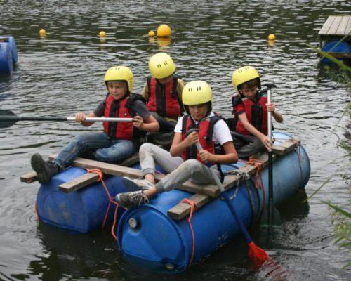 kinderen op vlot bij schoolreisje