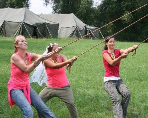 vrouwen op grasveld tijdens actief vrijgezellenfeest in Almere