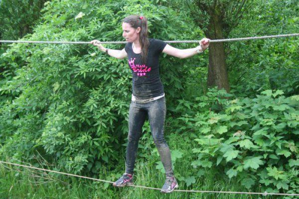 vrouw op junglebrug in het bos