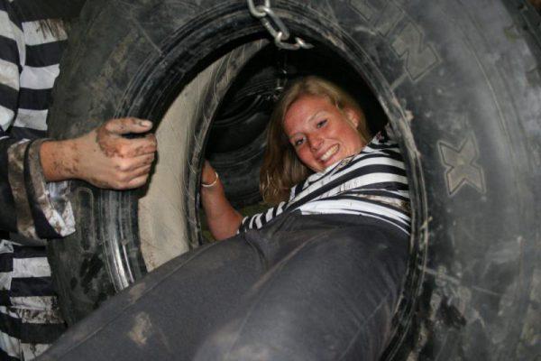 vrouw klimt tijdens uitje in Almere