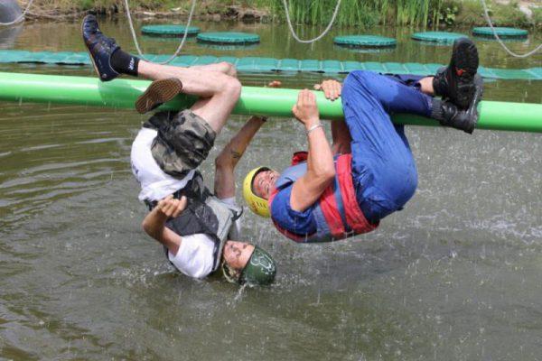 vrijgezellen hangen boven water