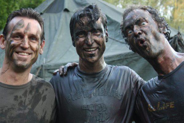 mannen onder modder in vrijgezellenfeest almere
