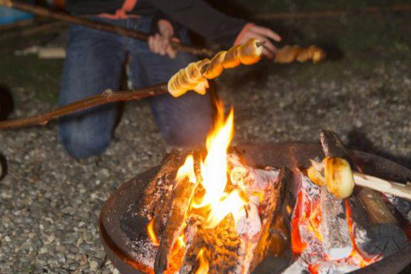 stokbrood boven het kampvuur tijdens kinderfeestje in Almere